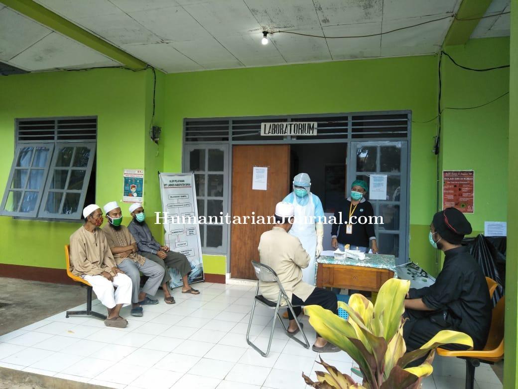 Alumnus_Tabligh_Akbar_Ijtima_Ulama_Gowa_Saat_Menjalani_Rapid_Test_di_Sikka,_NTT.jpeg