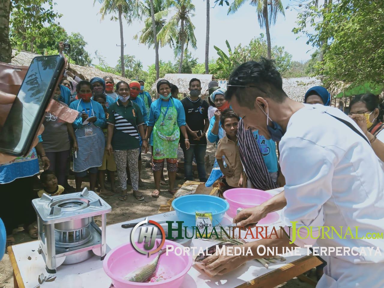 Chef_Mikael_Saat_melatih_variasi_olahan_bahan_ikan_bersam_ibu_ibu_di_Mingar.jpeg